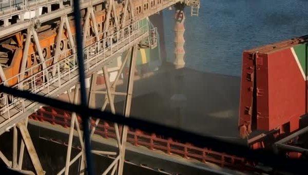 depositphotos_200267138-stock-video-close-panorama-of-ship-loading